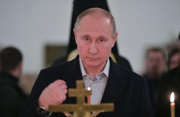 Президент РФ Владимир Путин во время литургии в православный праздник Крещения Господня в соборе мужского монастыря Нило-Столобенской пустыни
