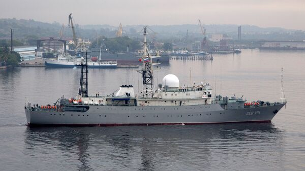 Российский военный корабль Виктор Леонов входит в бухту в Гаване, Куба
