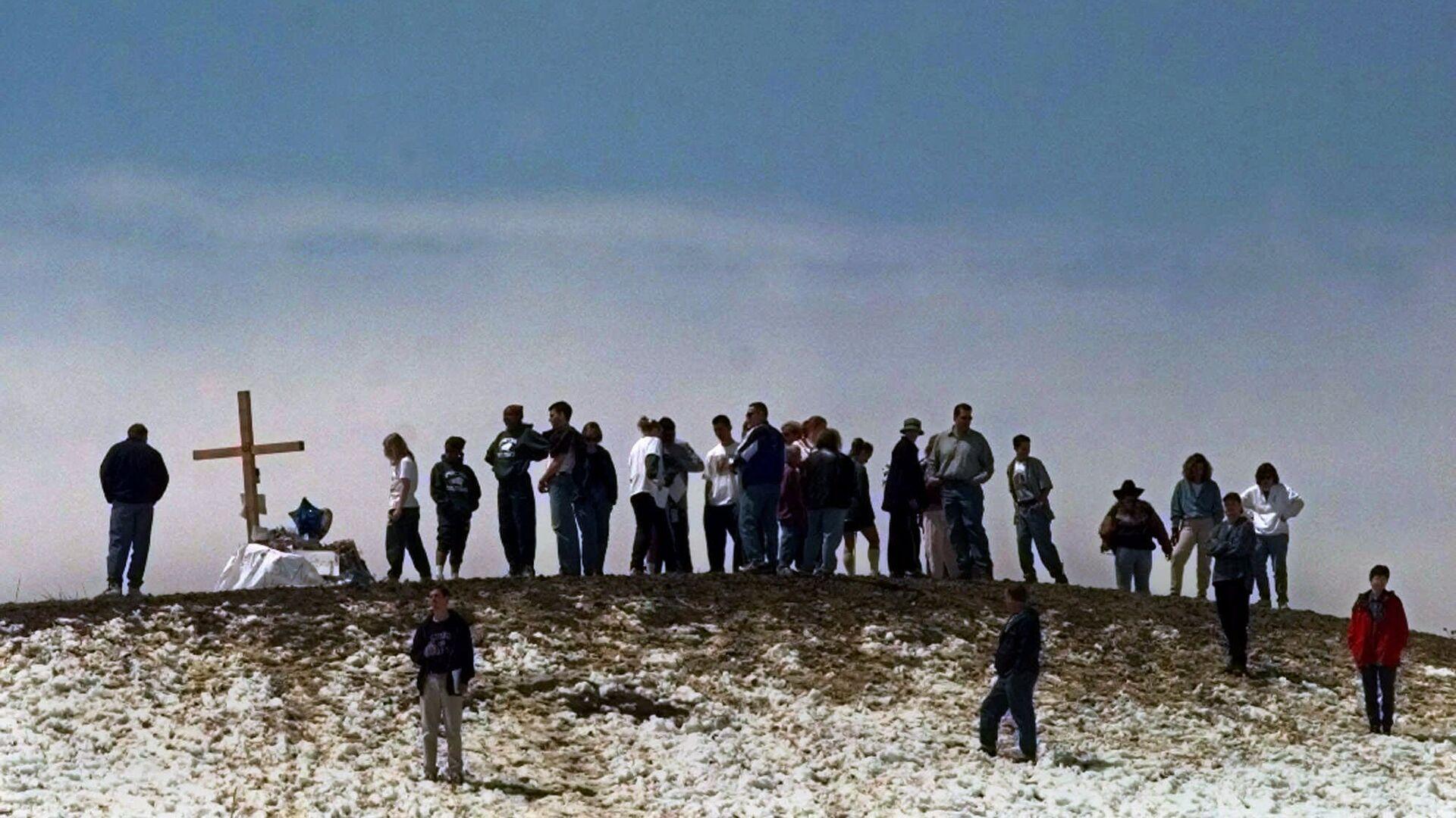 Скорбящие по погибшим в результате стрельбы в школе Колумбайн на вершине холма рядом со школой. 24 апреля 1999 - РИА Новости, 1920, 07.06.2019
