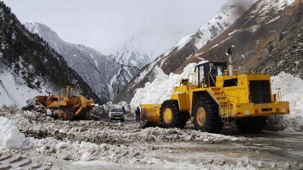Расчистка автодороги от снежных завалов на Транскавказской автомагистрали