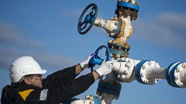 Сотрудники нефтедобывающего предприятия