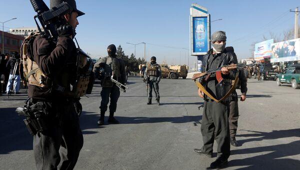Афганские полицейские возле отеля Intercontinental Hotel в Кабуле. 21 января 2018