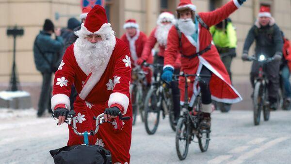 Участники велопарада Дедов Морозов в Санкт-Петербурге. 21 января 2018