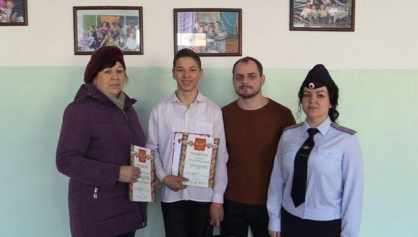 Транспортная полиция наградила ученика седьмого класса Станислава Горбачева из поселка Раздольное в Приморье , а также поблагодарила его бабушку Людмилу Горбочеву и классного руководителя Евгения  Рыскаль