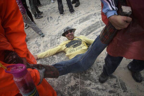 Участник мучного фестиваля Domingo Fareleiro в Испании
