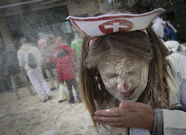 Участница мучного фестиваля Domingo Fareleiro в Испании