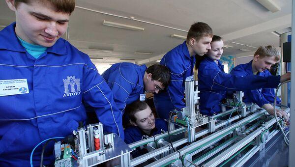 Студенты изучают работу сборочного конвейера. Архивное фото