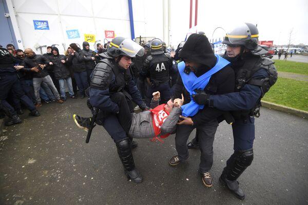 Акция протеста работников тюрем возле тюрьмы Везен-ле-Коке в пригороде Ренна, Франция. 22 января 2018 года