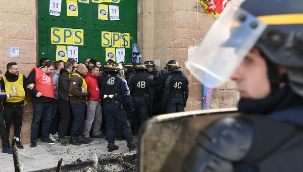 Акция протеста работников возле тюрьмы Баумметс в Марселе, Франции. Архивное фото