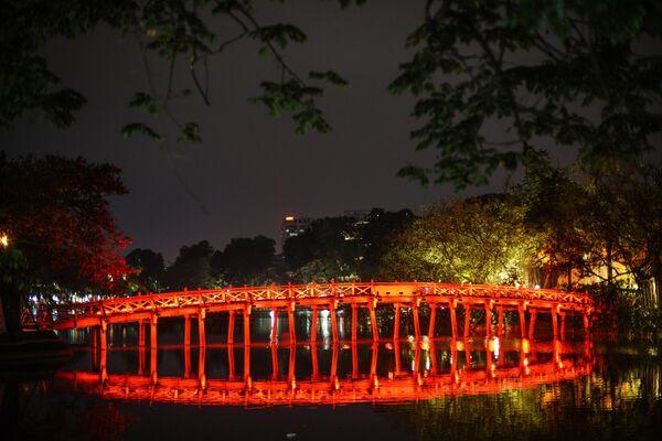 Мост на озере Возвращенного меча в Ханое