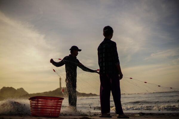Рыбаки на берегу деревни Ке Га во Вьетнаме