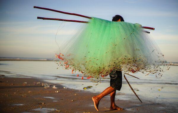 Рыбак на берегу деревни Ке Га во Вьетнаме