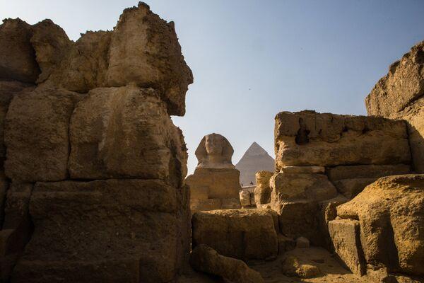 Сфинкс и пирамида в Эль-Гизе, пригороде Каира
