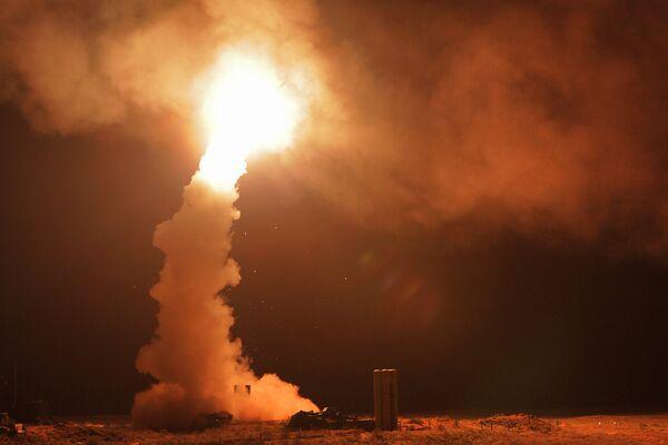 Lançamento noturno de foguetes com sistemas de mísseis antiaéreos S-400 Triunfo na faixa de Ashuluk na região de Astrakhan durante exercícios táticos das tropas da região do leste do Cazaquistão