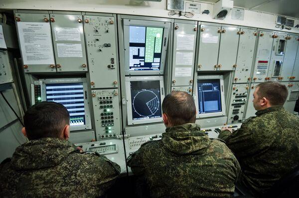 Офицеры полка противовоздушной обороны вооруженных сил РФ во время боевого дежурства за пультом управления зенитно-ракетного комплекса С-400 Триумф в Крыму
