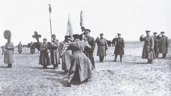 Верховный правитель Александр Колчак вручает полковое знамя, 1919 год