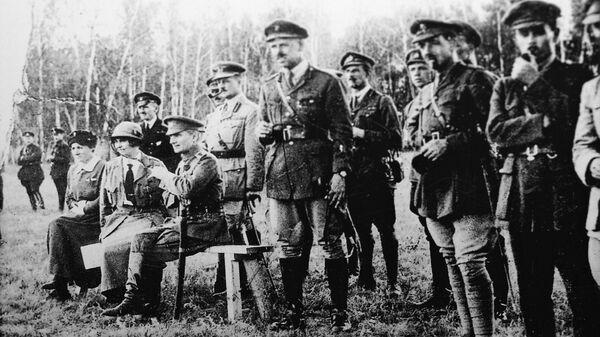 А.В. Тимирева, адмирал А. В. Колчак, глава британской миссии генерал А. Нокс и английские офицеры на учениях. Восточный фронт, 1919 год