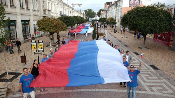 Участники празднования Дня Государственного флага Российской Федерации в Симферополе. 22 августа 2017 год