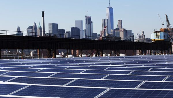 Солнечные батареи на фоне Нью-Йорка