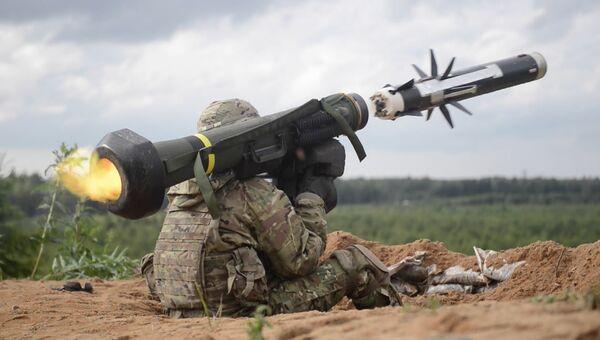 Американский военный производит выстрел из противотанкового ракетного комплекса (ПТРК) Javelin. Архивное фото