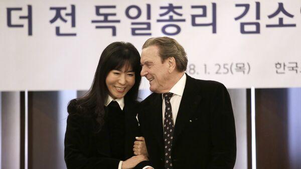 Экс-канцлер ФРГ Герхард Шредер с супругой Со Ен Ким-Шредер