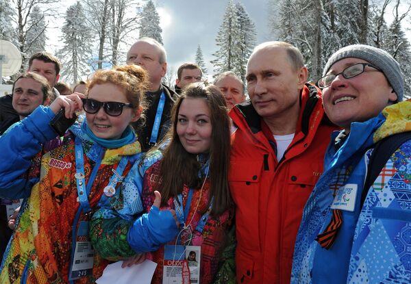 Владимир Путин фотографируется с волонтерами и болельщиками Паралимпийских игр в Сочи