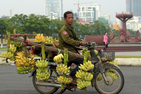 Развозчик бананов в Камбодже