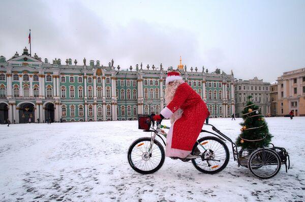 Участник на финише велопарада Дедов Морозов на Дворцовой площади в Санкт-Петербурге