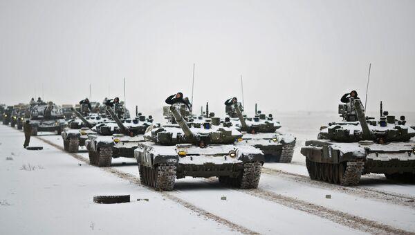 Танки Т-72 на репетиции парада, который пройдет в 75-ю годовщину победы Сталинградской битвы на Площади павших борцов в Волгограде