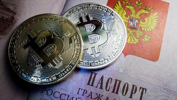 Монеты с логотипом криптовалюты биткоин. Архивное фото