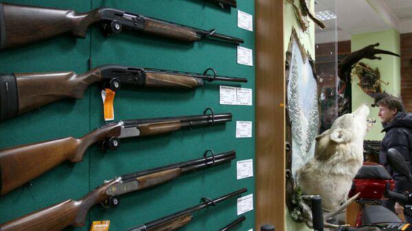Образцы оружия на витрине оружейного магазина