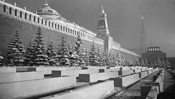 У стен древнего Московского Кремля зимней ночью