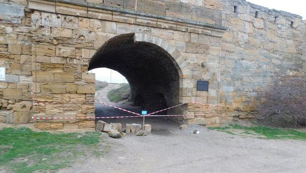 Обрушение входной арки крепости Ени-Кале в Керчи