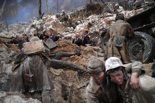 Президент РФ Владимир Путин во время осмотра панорамы Прорыв в музее Прорыв блокады Ленинграда в Кировске