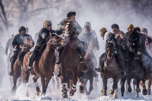 Участники национальной конно-спортивной игры аламан улак на территории поселка Дача СУ под Бишкеком