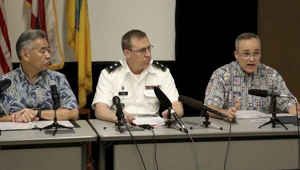 Губернатор Гавайев Дэвид Иге, генерал-майор Джо Логан  и отставной генерал Брюс Оливейра во время пресс-конференции о ошибочной ракетной тревоге на Гавайях. 30 января 2018