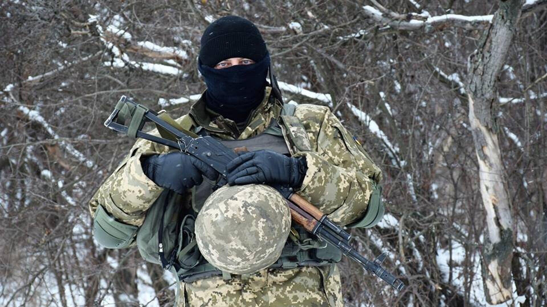 Военнослужащий вооруженных сил Украины на линии разграничения в Донбассе0