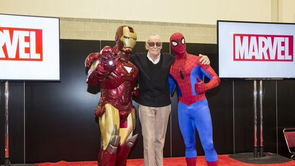 Американский писатель, актёр и продюсер Стэн Ли с аниматорами в образах Железного человека и Человека-Паука. Архивное фото