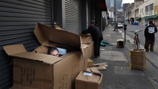 Бездомный в районе Скид Роу в Лос-Анджелесе. Архивное фото