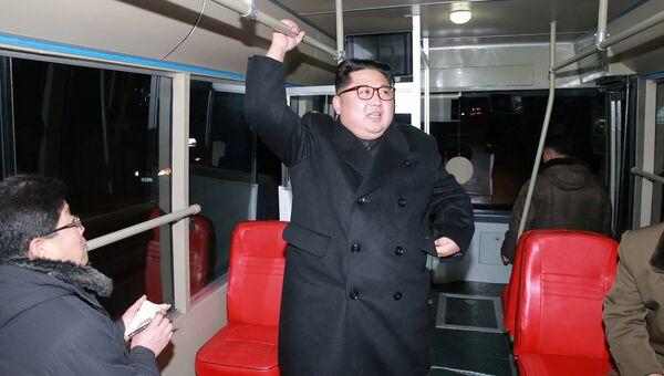 Ким Чен Ын с женой прокатился на новом троллейбусе по ночному Пхеньяну. 04.02.18