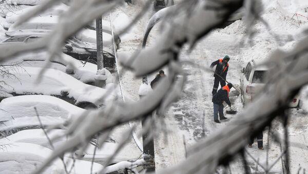 Сотрудники коммунальных служб убирают снег