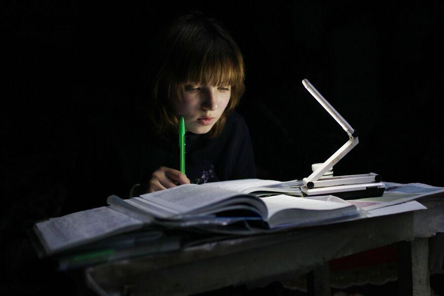Марина делает домашнее задание в подвале. Спартак, Донецкая народная республика