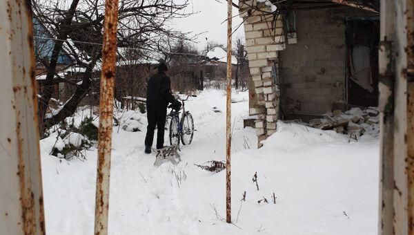 Житель поселка Спартак идет между разрушенными домами. Архив