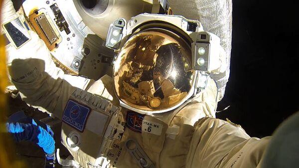Космонавты Роскосмоса Антон Шкаплеров и Александр Мисуркин во время выхода в открытый космос. 6 февраля 2018