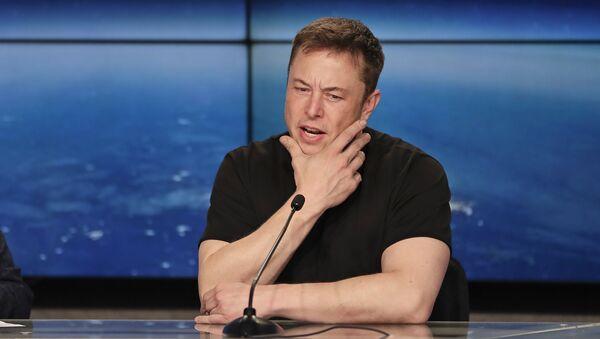 Элон Маск, основатель, генеральный директор и ведущий дизайнер SpaceX, на пресс-конференции после того, как ракета Falcon 9 SpaceX была успешно запущена из Космического центра Кеннеди на мысе Канаверал. 6 февраля 2018