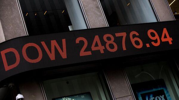 Информационная панель с данными об индексе Dow Jones на здании телекомпании Fox News в Нью-Йорке