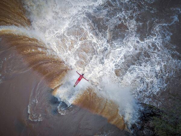Снимок Герой водопада (飞瀑英雄) фотографа Шэнь Минь (沈旻), занявший второе место в категории Портрет.Профессионалы