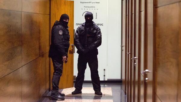 Сотрудники правоохранительных органов в здании редакции газеты Вести в Киеве. 8 февраля 2018