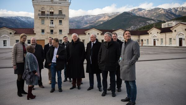 Участники немецкой делегации депутатов от партии Альтернатива для Германии осматривают винодельческий завод Массандра в рамках своего официального визита в Крым