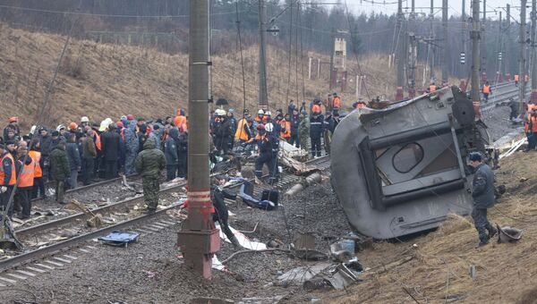На месте крушения пассажирского поезда Москва-Петербург Невский экспресс в Тверской области, где несколько вагонов сошли с рельсов. 28 ноября 2009 года